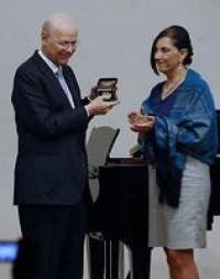 Carlos Prieto recibió la Medalla Bellas Artes