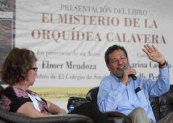 Presenta Élmer Mendoza su nueva novela