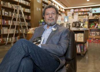 México está en riesgo de volverse un país realista, sin misticismo: Élmer Mendoza