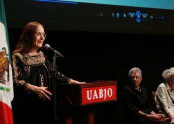 Julieta Fierro recibió el doctorado honoris causa de la Universidad Autónoma Benito Juárez de Oaxaca
